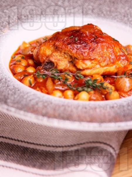 Яхния от пилешки бутчета с нахут от консерва или буркан, домати, домати от консерва и мащерка - снимка на рецептата